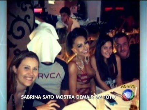 Sabrina Sato paga peitinho em jantar com amigos