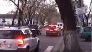 Poliția patrulare e necruțătoare, dar blochează o intersecție