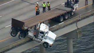 شاهد: شاحنة تتدلى من أعلى جسر بعد انزلاقها في فلوريدا | قنوات أخرى