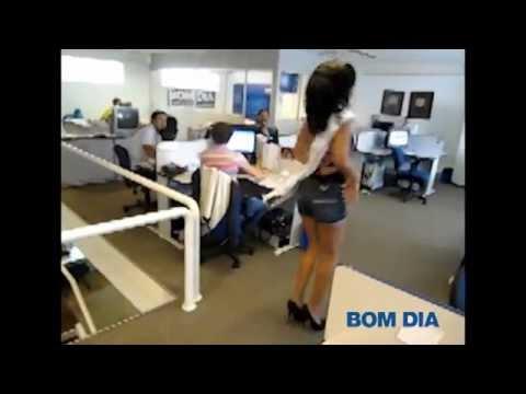 Rainha do Carnaval de S. José do Rio Preto samba na redação do jornal Bom Dia