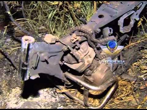 Motocicleta é encontrada queimada em terreno baldio