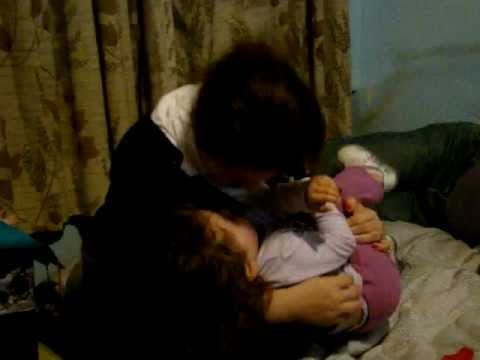 Agatha mamãe fazendo cócegas no nenê 29-08-2012