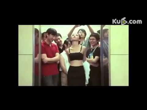 [16+] Kiều nữ tụt quần lót trên thang máy