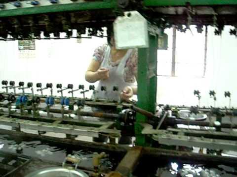 China - Fabrica de la seda - Sacando el hilo de seda de los capullos