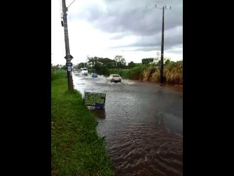 Vídeo Vídeo: Tempestade inunda avenida José Pereira Lopes no Botafogo