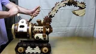 Pria ini berhasil membuat beko dari kayu