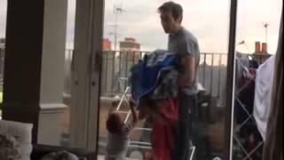 Bebê discute com o pai sem dizer uma palavra