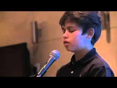 Fëmija këndon ajete të bukura nga Kurani