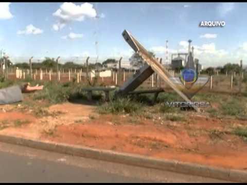 Ponto de ônibus quebrado continua do mesmo jeito no Distrito Industrial