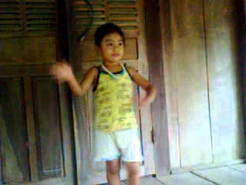 em bé người Thái múa