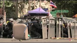 แชร์ว่อน!! คลิป ตำรวจเตะระเบิดช่วยเพื่อน ในเหตุการณ์สลายม้อบ 18 กุมภาพันธ์ 2557