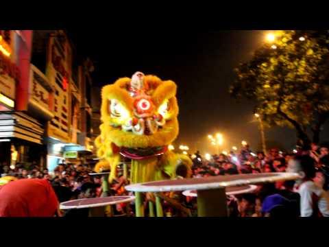 Đoàn lân sư rồng Bạch Ngọc Đường _ Huế ( Trung Thu 2012 ) Mai Hoa Thung TEAM B
