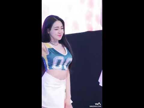 Em gái Hàn Quốc mặc váy ngắn cực xinh nhảy lộ quần chip