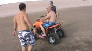 Viejo se cae de moto 4 ruedas