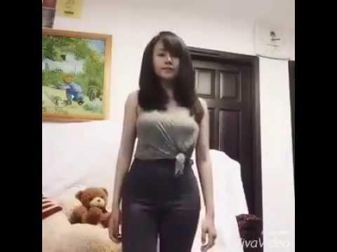 Bà Tưng Huyền Anh lại không nội y quẩy bằng nhạc chuông Iphone 6s