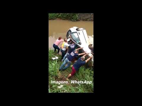 Carro desgovernado cai em rio no centro de Lins