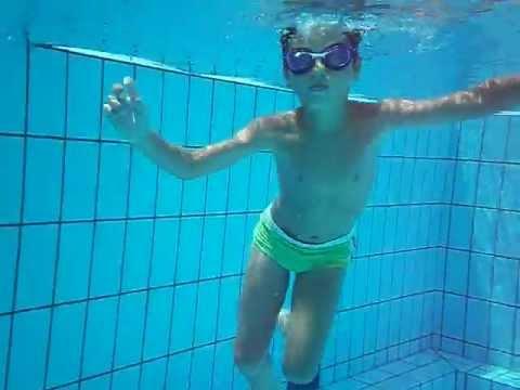 Simone in piscina nuota sott 39 acqua2012 youtube for Piscina limbiate