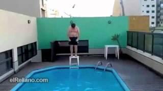 Espectacular salto a la piscina