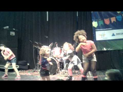 Crianças dançando Show das Poderosas - Arraiá Solidário CACCST - 17/08/2013
