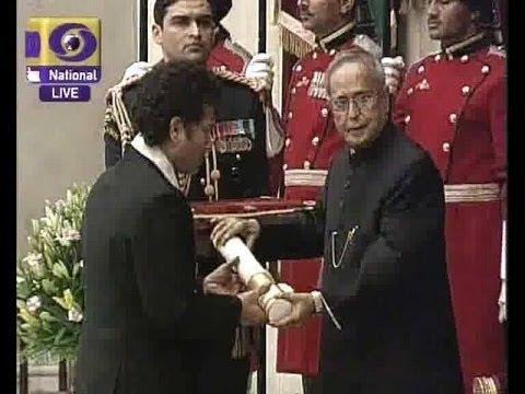 Sachin Tendulkar and  CNR Rao receiving  Bharat Ratna from President