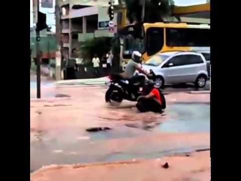 حفرة تبتلع دراجة في وسط الطريق