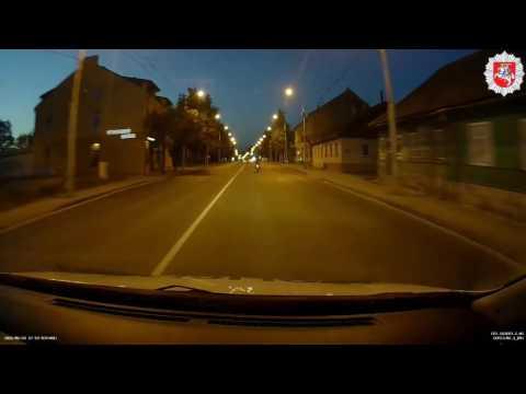 Mopedo vairuotojas nepaluso reikalavimui sustoti ir atsitrenkė į priekyje besirikiavusį automobilį