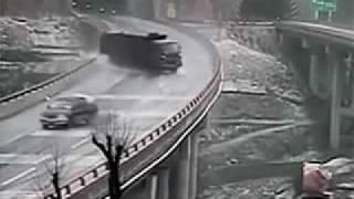 トンネルを抜けるとそこは氷の世界。次々と車がスピンしていく。