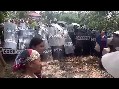 Nông dân biểu tình đánh nhau với cảnh sát cơ động