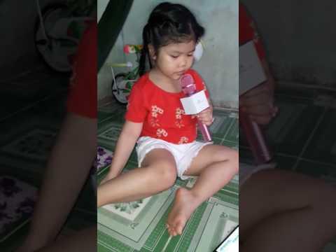 Susu 5 tuổi hát karaoke Gia Đình Nhỏ Hạnh Phúc To