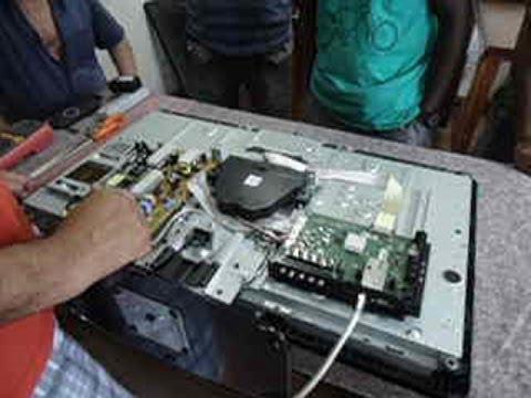 TV LCD: Mostra o logo da Philips ao ligar, tela apaga e led fica piscando.