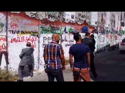 نبيل بن عبد الله يتضامن مع فلسطين بالكتابة على جدار الفصل العنصري