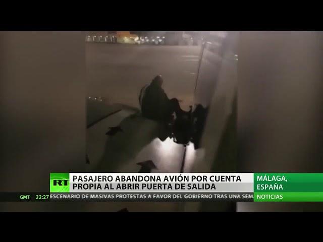 Cansado de esperar, un pasajero sale por la puerta de emergencia de un avión