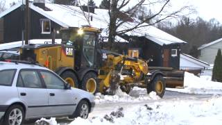 CAT 140M Clears Snow From The Streets