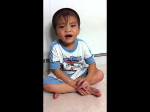 Bé trai 5 tuổi cover nụ cười không vui