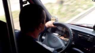 Șoferul mănîncă semințe cu icoană și drapel la cap