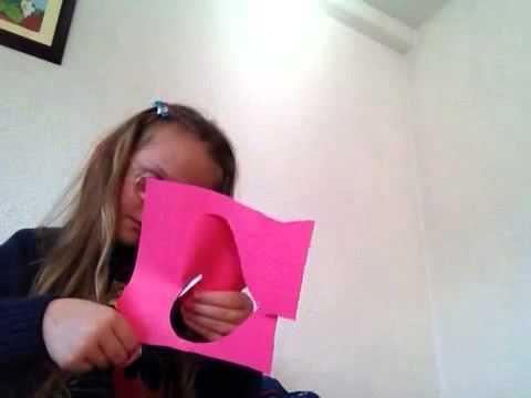 Alba duke bere kartoline per 8 Marsin ne selfie video