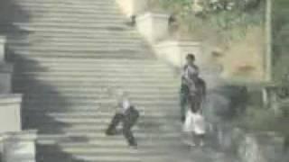 Caida graciosa por escaleras - El hombre de goma