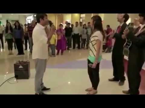Video ini berasal dari India, Sepasang kekasih keliatanya sudah pacaran dan sicowok berencana mau melamarnya di sebuah Mall (dubai mall), lalu diajak ketengah mall dan mendekati pemain musik romatis yang sudah ia renacankan.(Lihat Video)