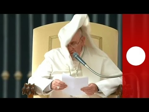 Video: Pope Francis prays for Ukraine in high winds