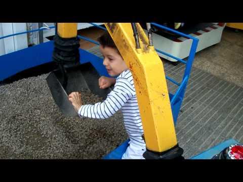 Niño 3 años manejando una excavadora