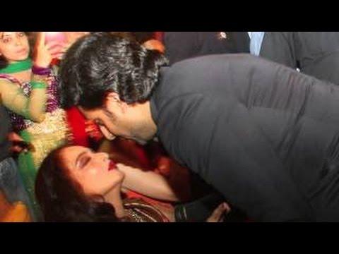 Abhishek Bachchan Kissing Rekha In Public