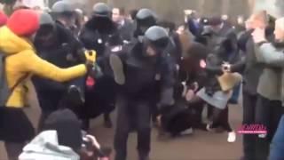 Petersburg: Poliția arestează protestatarii care susțin Ucraina