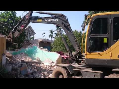 Chú công nhân lái máy cẩu Volvo EW55B phá,dỡ nhà, đào cây phần 4