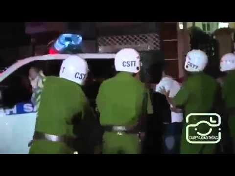 Quái xế đánh cảnh sát giao thông như phim hành động