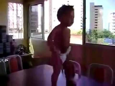 Menino de 3 anos dançando