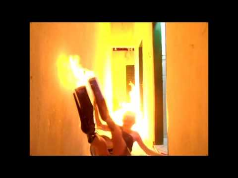 Bicha quase queima no fogo do inferno... LITERALMENTE!