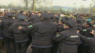 Gnjev gladnih radnika Tuzle protiv naoružanog policijskog kordona!