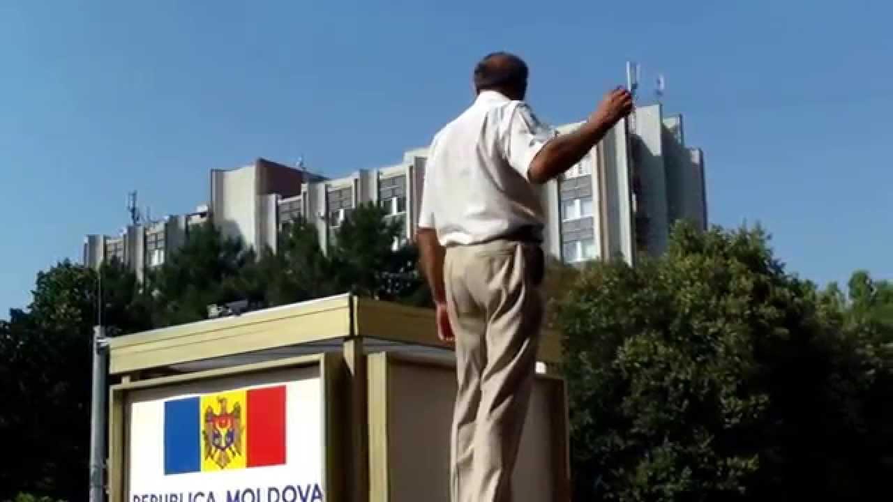 Încă unul interzice călcatul pe iarbă, deja la Palatul Republicii