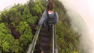 Tem que ter sangue-frio pra descer as incríveis escadarias Haiku Stairs no Havaí!