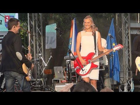 Petra Kvitová s kytarou + Chinaski ♥ Hlavolam ~ Fulnek 13.7.2014 ~ Live HD